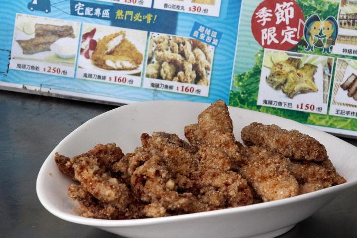 現炸新鮮鬼頭刀魚柳是成功鎮「王記鬼頭刀魚排店」的招牌。記者李蕙君/攝影