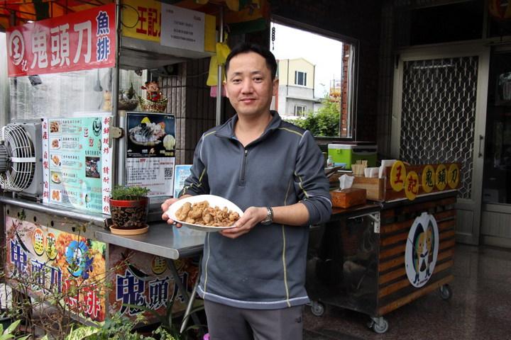 陳睿恩在自家門前開創鬼頭刀魚排店,打開成功小鎮海鮮料理新視野。記者李蕙君/攝影