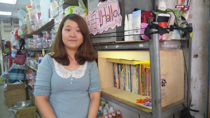 27歲美眉翁贔珈在雜貨店設「共發櫥窗」,她的雜貨店不只是雜貨店而已。記者范榮達/攝影