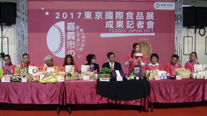 嘉義市長涂醒哲(右五)領業者拓展國際市場,首次組團參加「第42屆東京國際食品展」,回響熱烈,今天舉辦成果發表會。記者王慧瑛/攝影