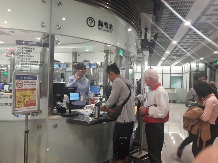 桃園捷運公司開賣機捷369定期優惠票,購票最低優惠六折起,吸引通勤族、乘客辦理購票。(圖/桃園捷軍提供)