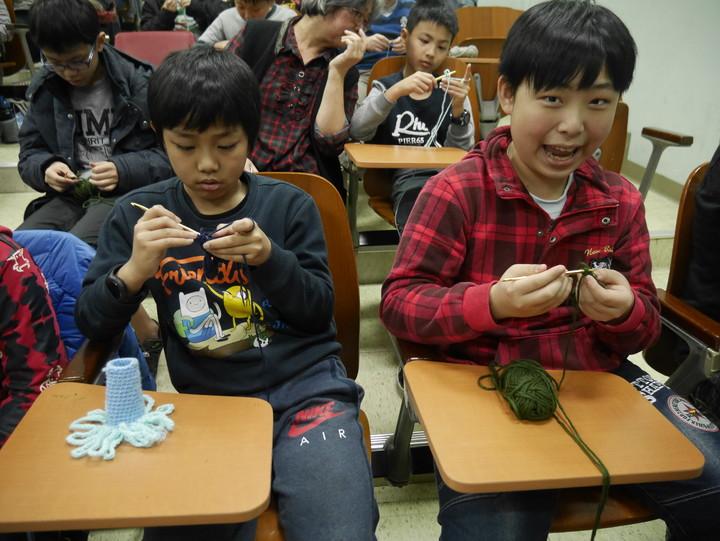 基隆市深美國小上百位小朋友學習勾毛線,大家聚精會神,勾個不停。記者吳淑君/攝影