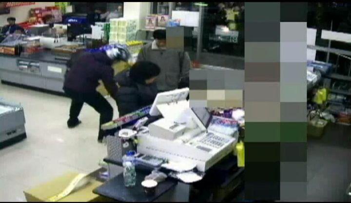 黃姓男子(左)在超商撿錢不還,被控侵占。記者王昭月/翻攝