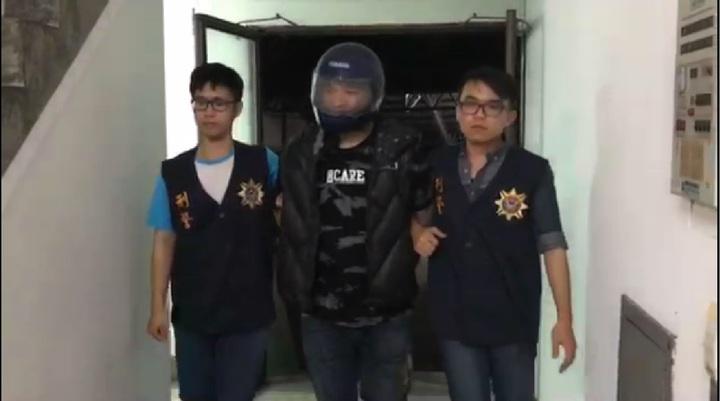 陳姓駕駛昨天持槍攻擊他人, 傍晚被警方逮捕。記者卜敏正/翻攝