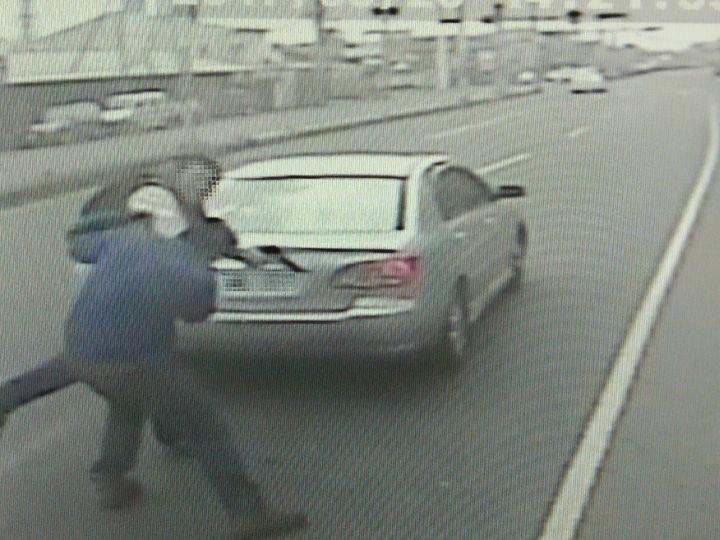 陳姓駕駛昨天逼油罐車停車後,持槍敲司機頭部。記者卜敏正/翻攝