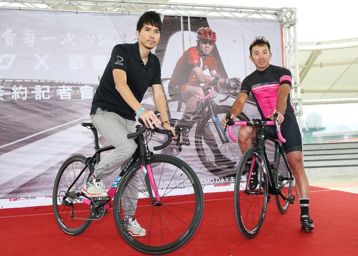 前自行車國手劉書銘(右)將在22日參加一年一度的伊諾華盃單車環島48小時極限挑戰賽,出賽前夕,DIZO產品經理劉彥良(左)代表DIZO與劉書銘簽約,並在記者會上為劉書銘加油打氣。記者杜建重/攝影