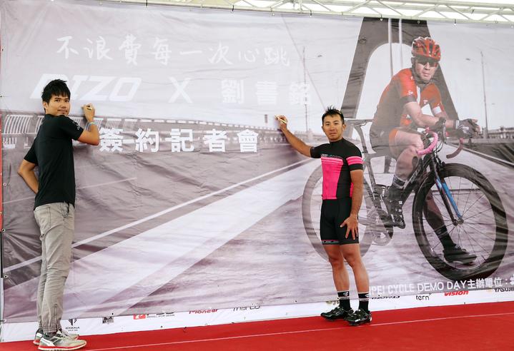 自行車大廠DIZO舉行簽約記者會,由產品經理劉彥良(左)簽約贊助前自行車國手劉書銘(右)兩年參賽合約。記者杜建重/攝影