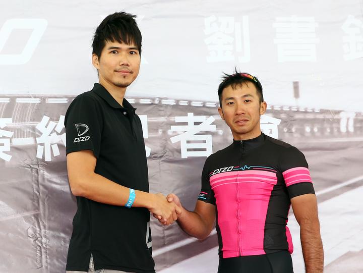 DIZO產品經理劉彥良(左)簽約贊助前自行車國手劉書銘(右)兩年參賽合約。記者杜建重/攝影