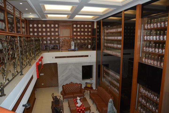 新竹沈姓商人用酒牆與茶牆隔成挑高客廳的空間。記者林家琛/攝影