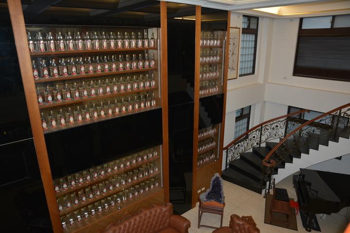 新竹沈姓商人用建國百年紀念酒隔牆。記者林家琛/攝影