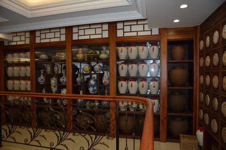 新竹沈姓商人用蒐藏10年的茶葉隔牆。記者林家琛/攝影