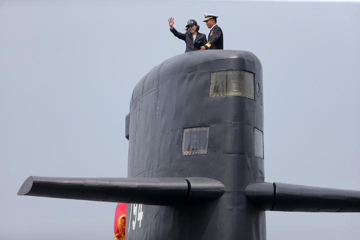 蔡英文總統今天上午南下左營主持潛艦國造簽約儀式、登上海虎軍艦帆罩揮手。記者劉學聖/攝影