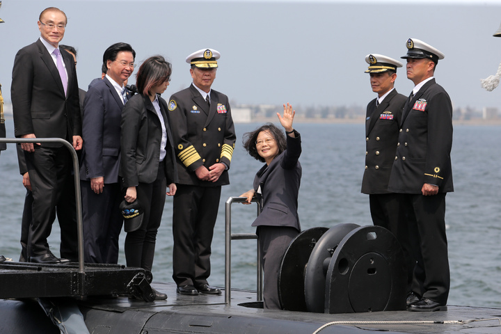 蔡英文總統今天上午南下左營主持潛艦國造簽約儀式、登上海虎軍艦揮手。記者劉學聖/攝影