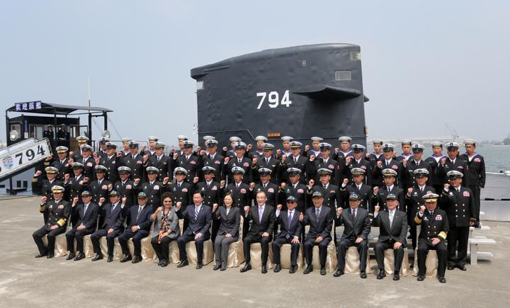 蔡英文總統今天上午南下左營主持潛艦國造簽約儀式、並與潛艦官兵合影。記者劉學聖/攝影