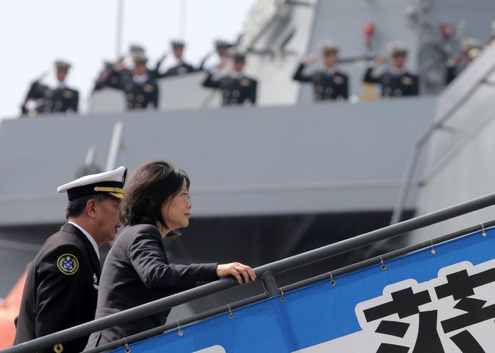 蔡英文總統今天上午南下左營主持潛艦國造簽約儀式、並登上敦睦艦隊鼓勵官兵。記者劉學聖/攝影