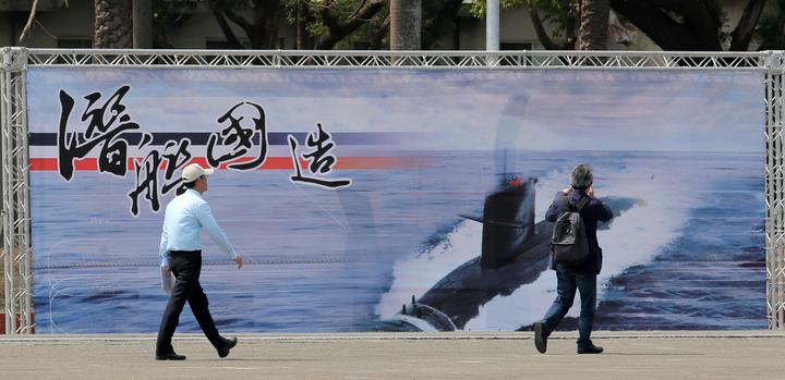 蔡英文總統今天上午南下左營主持潛艦國造簽約儀式、現場有宣示潛艦國造的看板。記者劉學聖/攝影