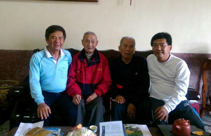 甄彥文(左2起)終於找到60年前的戰友陳順卿。記者卜敏正/翻攝