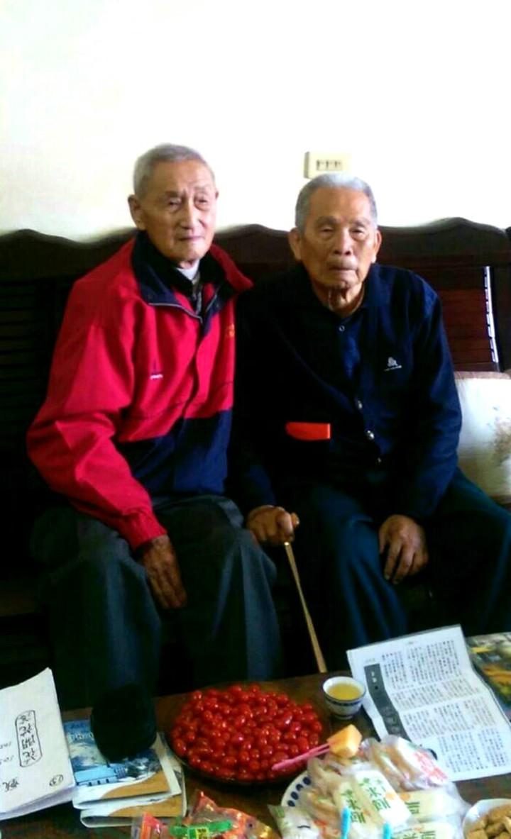 甄彥文(左)終於找到60年前的戰友陳順卿。記者卜敏正/翻攝