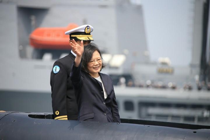 蔡總統上午在高雄主持簽署潛艦國造設計啟動及合作備忘簽署儀式,同時登上已具備潛射攻艦飛彈戰力的劍龍級海虎潛艦。軍聞社提供