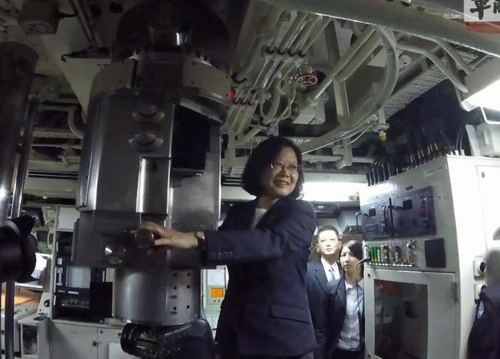 國防部公布蔡總統在潛艦駕駛台使用潛望鏡留影的畫面。翻攝軍聞社畫面