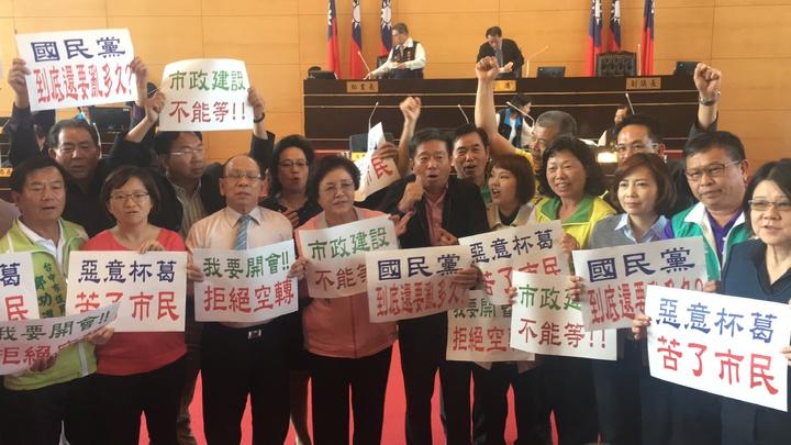 民進黨團大罵藍營議員惡意杯葛、苦了市民。記者陳秋雲/攝影