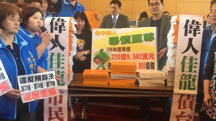 國民黨議員在市長林佳龍面前堆起預算,大批市府追加預算手法是玩弄議會。記者陳秋雲/攝影