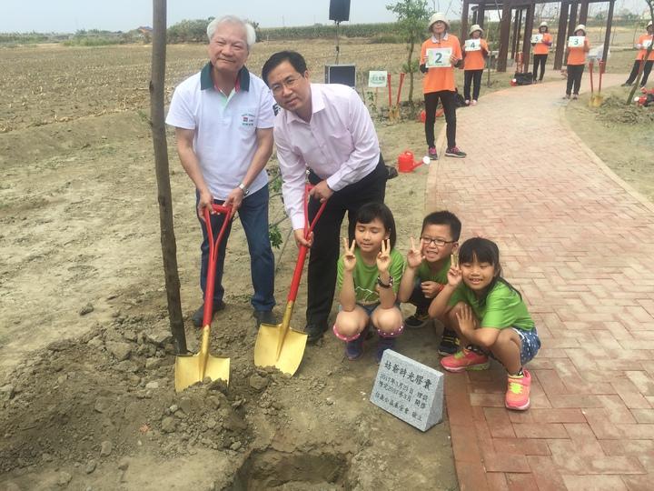 信義公益基金會董事長林信和(左一)、新生國小校長陳榮宗(左二)與學生們一起埋下時光膠囊。記者吳政修/攝影