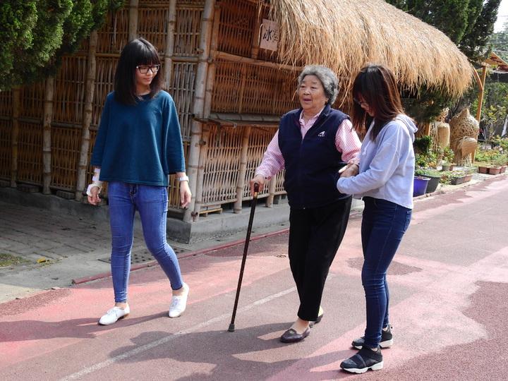 台南市左鎮公館社區老人家多數行動不便,出門需靠人扶持,中風過的車姓阿嬤說,從家裡到關懷據點要走2、3小時。記者吳淑玲/攝影