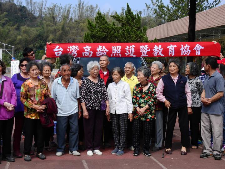 台南市左鎮公館社區老人家多數行動不便,今天搭接駁車到關懷據點參加活動。記者吳淑玲/攝影