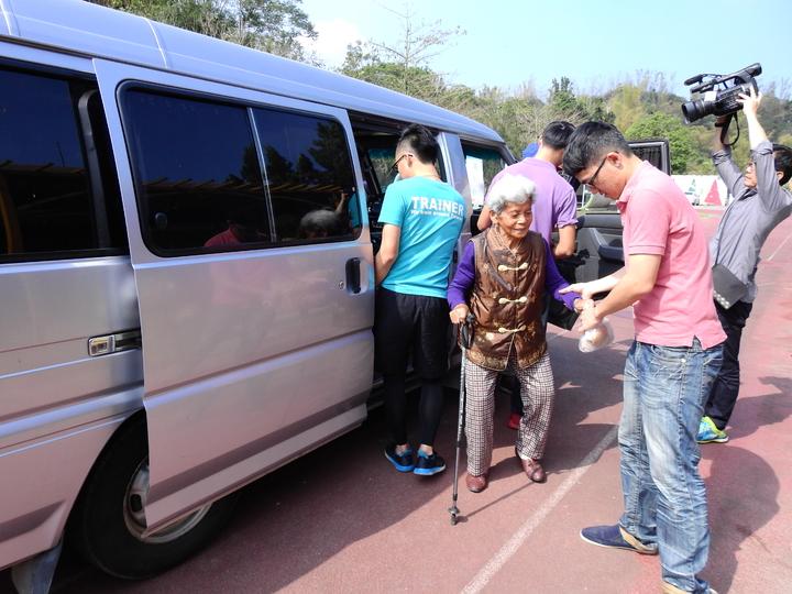 台南市左鎮公館社區老人家多數行動不便,有愛心接駁車才能出門。記者吳淑玲/攝影