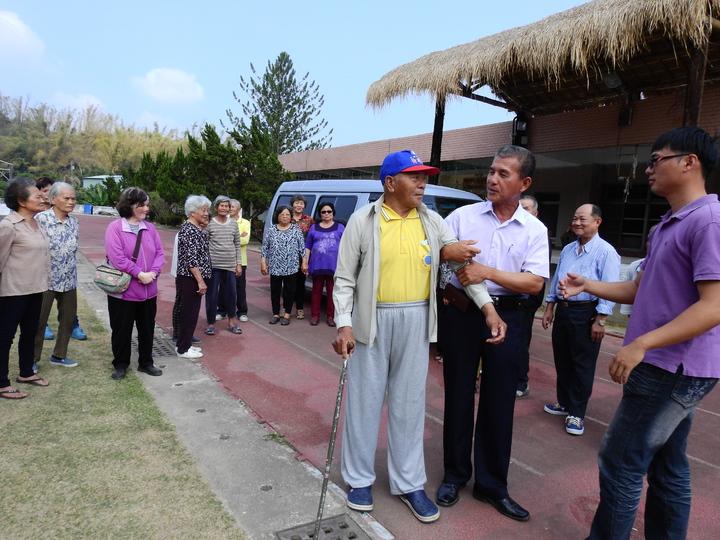 台南市左鎮公館社區理事長羅周文(右三)鼓勵老人家,以後有接駁車要多多出門參加活動。記者吳淑玲/攝影