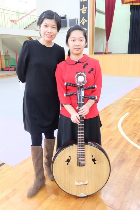 國三生黃栩彤(右)是國樂團團長,學習國樂6年,今年在老師林暘珣(左)的指導下,帶領團隊角逐全國音樂比賽國樂組團體賽,獲得佳績。記者張芮瑜/攝影