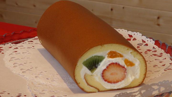有鑑於高雄在地水果品質優,店家配合季節性再翻新口味,推出限量版全新「亞尼克生乳捲-繽紛鮮果」。記者謝梅芬/攝影