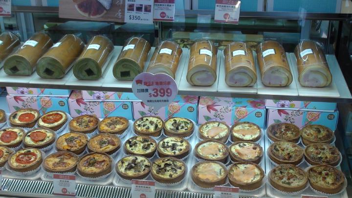 網路人氣品牌亞尼克今天揮旗進軍高雄開實體店面,展示各式蛋糕商品。記者謝梅芬/攝影