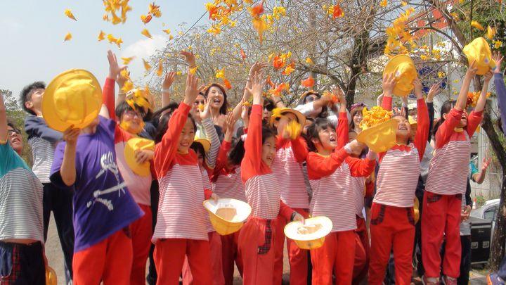 小朋友將花瓣拋向空中,展現城市的繽紛活力。記者王慧瑛/攝影