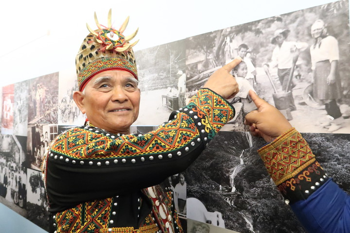 在好茶部落的珍貴影像資料展中,一位耆老還找到自己年少的照片。記者翁禎霞/攝影