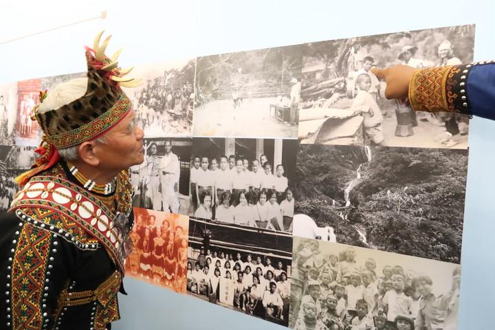 文化部今在好茶部落舉辦文化遺產守護活動,部落更有珍貴影像資料展,一展舊好茶的時光,一位耆老特別認真看著自己少年的照片。記者翁禎霞/攝影
