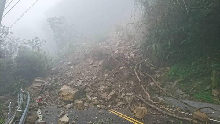 宜蘭縣山區土石遇雨滑動,大同鄉台七甲線36.4公里處邊坡出現坍方、道路中斷。圖/記者張芮瑜翻攝