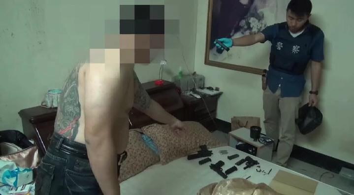 警方在趙姓男子住處起出多把改造手槍和毒品吸食器。記者潘欣中/翻攝