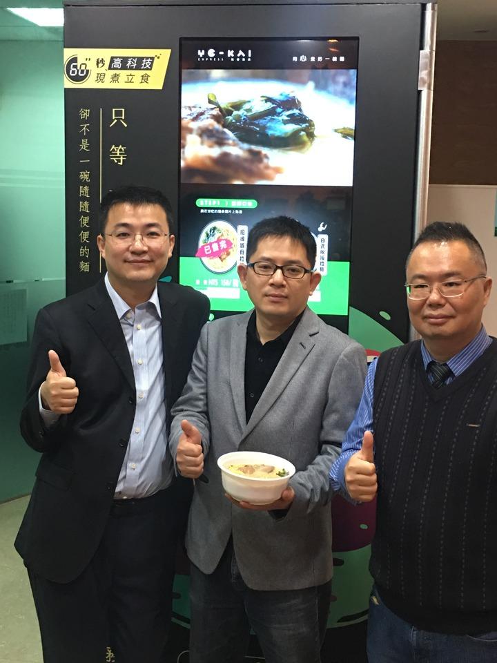 推出這台自動煮麵機的「鹵豆集團」其中三名創辦人:來自上海的鹵豆集團共同創辦人暨首席執行長馬齎(左)、來自台灣在上海發展多年的鹵豆集團共同創辦人暨首席運營長宋例明(中),以及曾在台灣的大學任教多年的鹵豆集團共同創辦人暨首席戰略官彭思舟。記者林則宏/攝影
