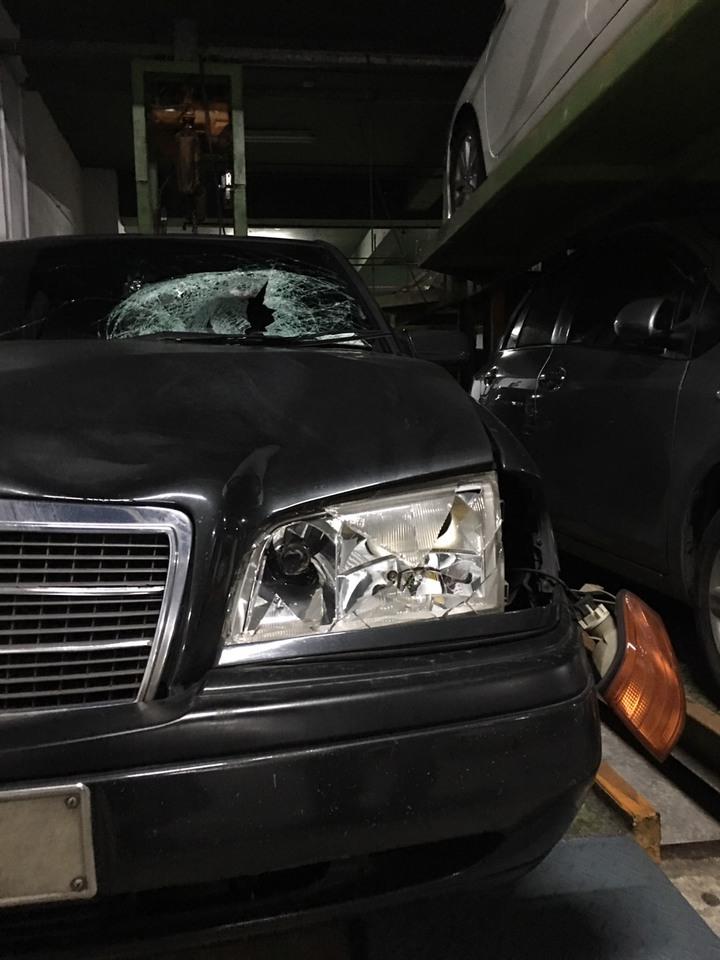 孫男駕駛的賓士車撞死父親,連車燈都破裂。記者江孟謙/翻攝