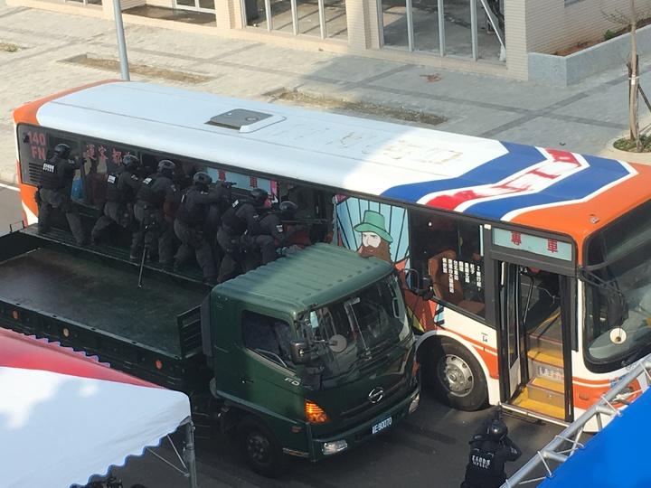 警政署反恐中心落成,模擬即將舉行的台北世大運選手村遭恐攻,反恐演練超逼真。記者許依晨/攝影