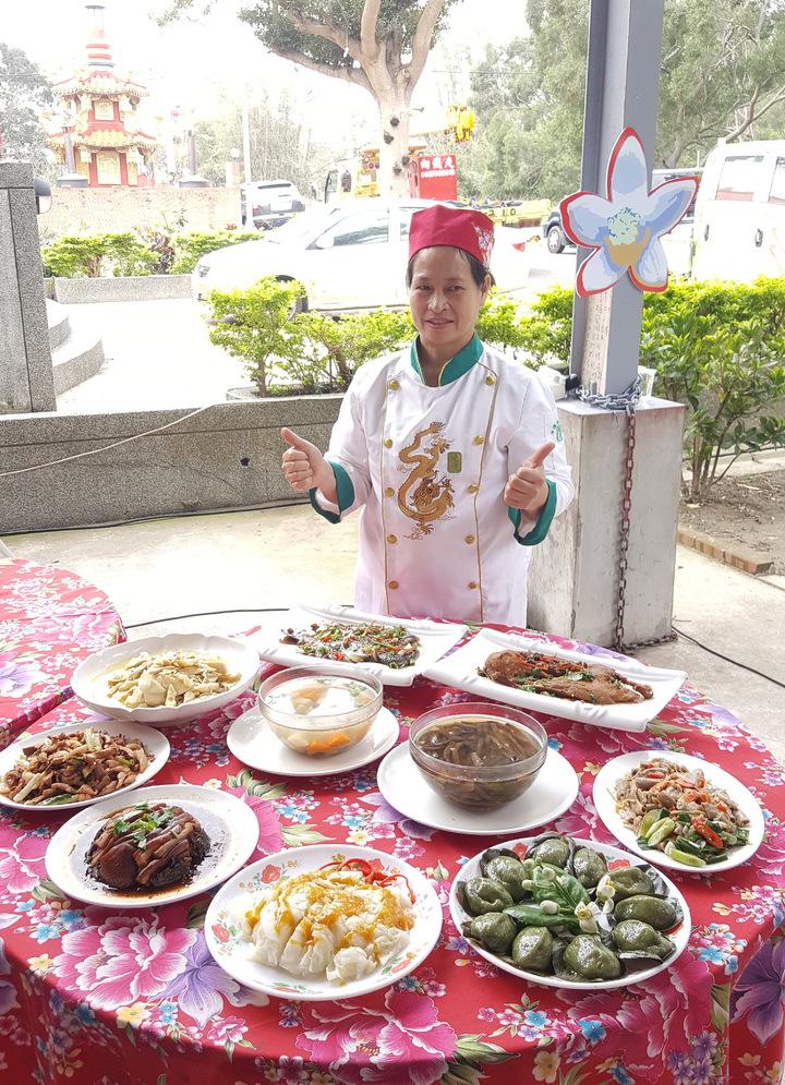 西湖柚花宴聘請客家金牌大廚劉菊英掌廚,將客家經典菜「四炆四炒」以在地的食材、柚香入菜。記者胡蓬生/攝影