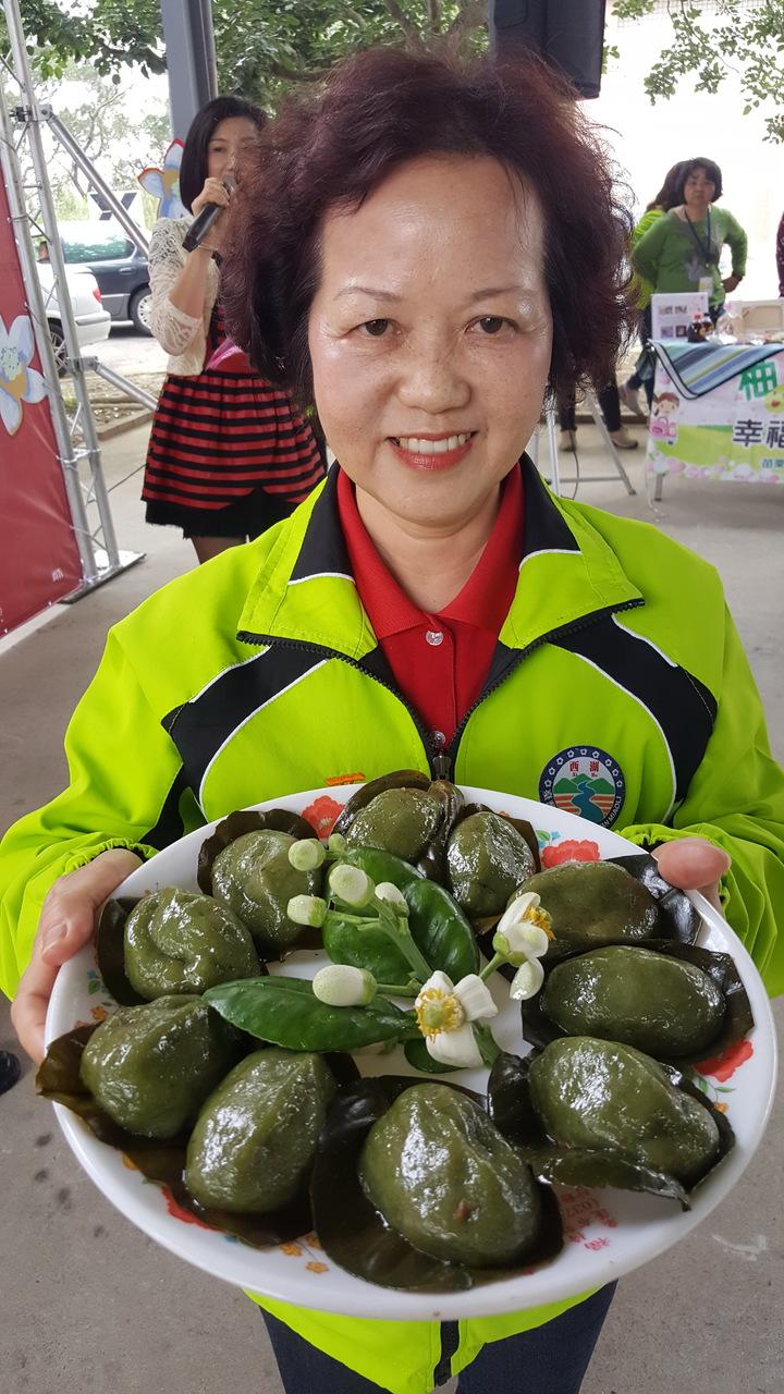西湖鄉公所在柚花藝術節記者會安排上菜秀,推介柚花宴道道佳餚。記者胡蓬生/攝影