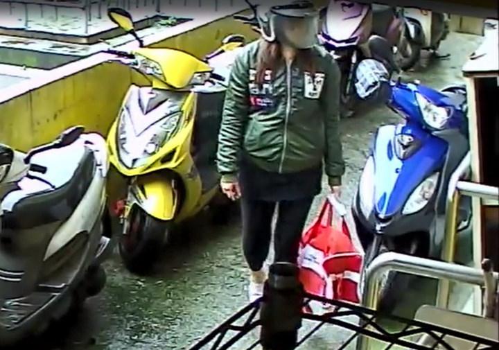陳女棄養紅貴賓,影像被錄下,今天到案,被罰3萬元。圖/動保所提供