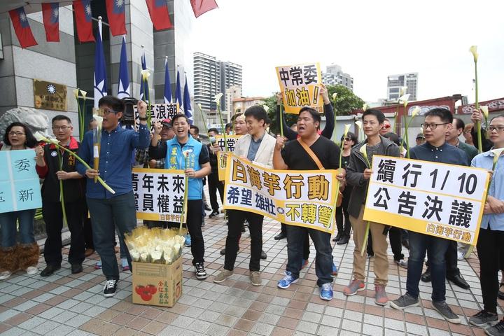 國民黨中常會今天舉行,有年輕黨員代表在黨部門口,發起白海芋行動,人手一支白海芋,藉此呼籲黨齡4個月的制度「不轉彎」。記者高彬原/攝影