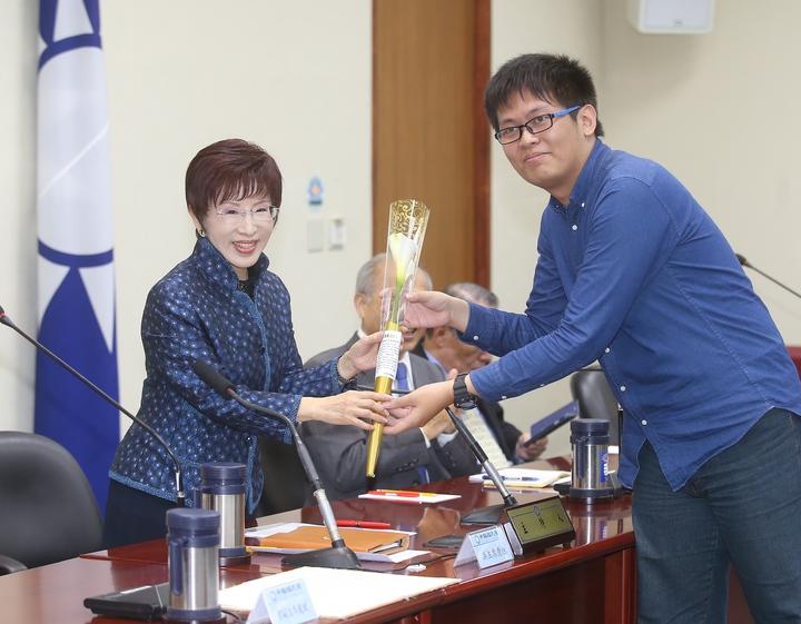 國民黨青年團團長呂謦煒也在中常會中發送白海芋給主席洪秀柱及中常委。記者高彬原/攝影