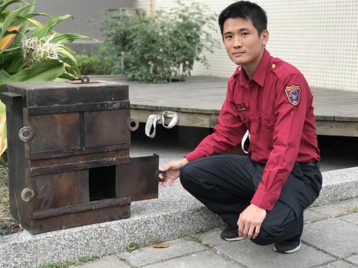 高市消防局高桂分隊長洪啟元設計製作燃燒模型箱,不論在宣導、訓練時,讓民眾、同仁了解對濃煙判斷,觀察「閃燃」、「爆燃」等火警情況。記者劉星君/攝影