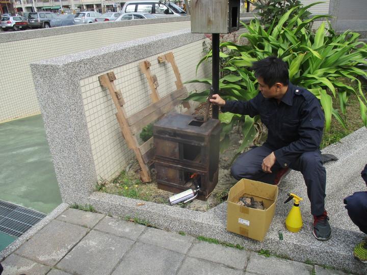 高市消防局高桂分隊長洪啟元設計製作燃燒模型箱,不論在宣導、訓練時,讓民眾、同仁了解對濃煙判斷,觀察「閃燃」、「爆燃」等火警情況。記者劉星君/翻攝