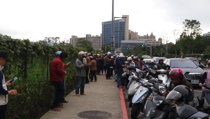 民眾紛紛停車在路邊抓乘龍,不亦樂乎。記者陳雕文/攝影